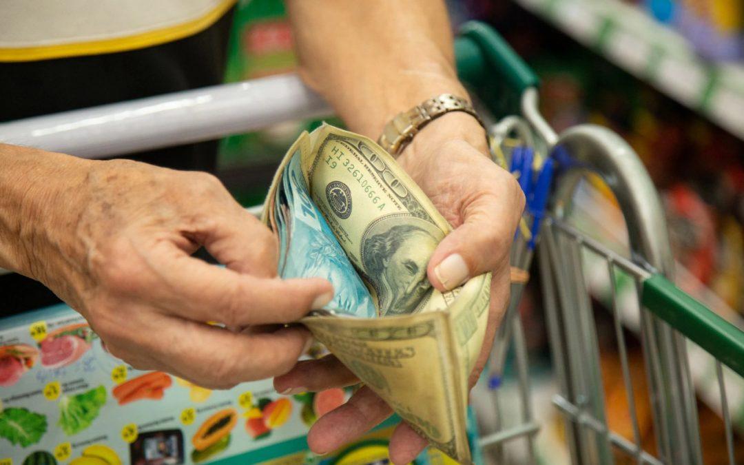 """Economia Brasileira: """"Toda semana os produtos ficam mais caros e corto a lista"""": viver com o pior salário mínimo em 15 anos"""
